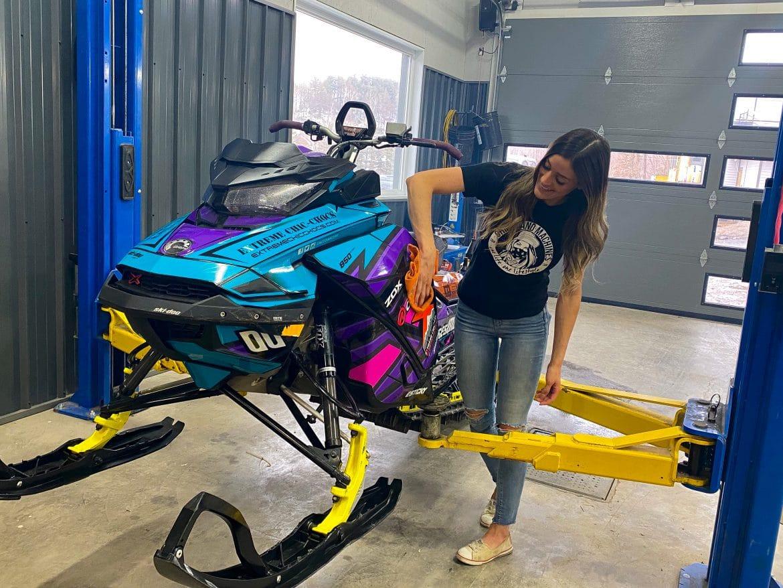 Émilie nous apprend comment remiser une motoneige !