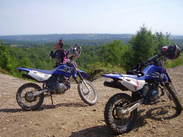Dominique en voyage ''de poules'' à Ganaraska, en Ontario, lors de ses débuts en moto