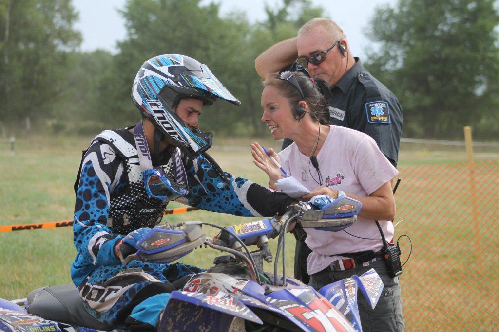 Petit avertissement à un pilote par Dominique, lors d'une course FMSQ en 2012 – la sécurité, une priorité aux courses !