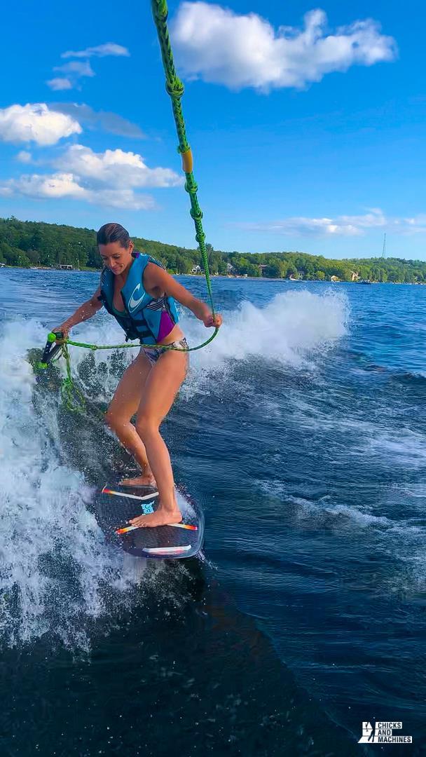 Émilie qui tente de faire du wakesurf avec le bateau Mastercraft NXT20