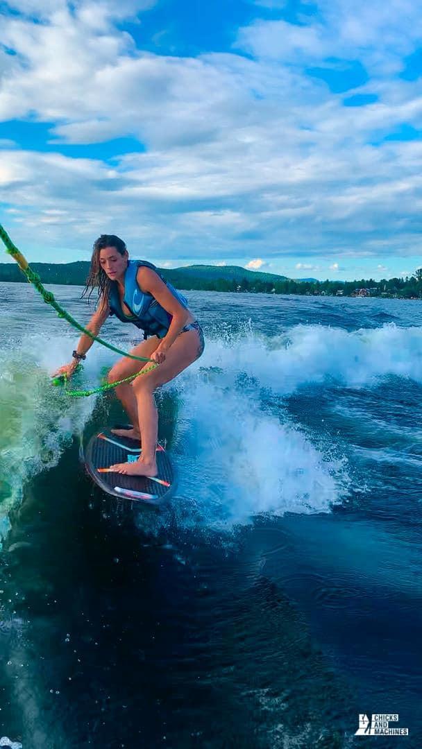 Émilie qui surf la magnifique vague du Mastercraft NXT20