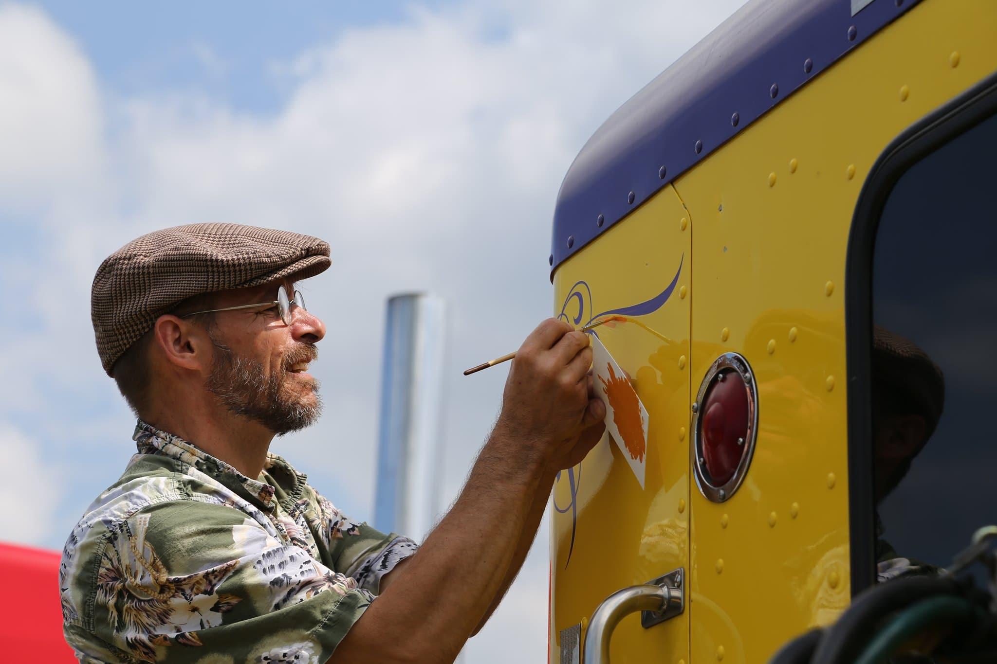 Pierre Tardif lettreur à la main camion