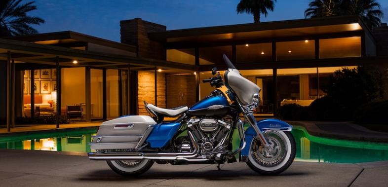 Harley-Davidson Electra Glide 2021 devant une maison luxueuse