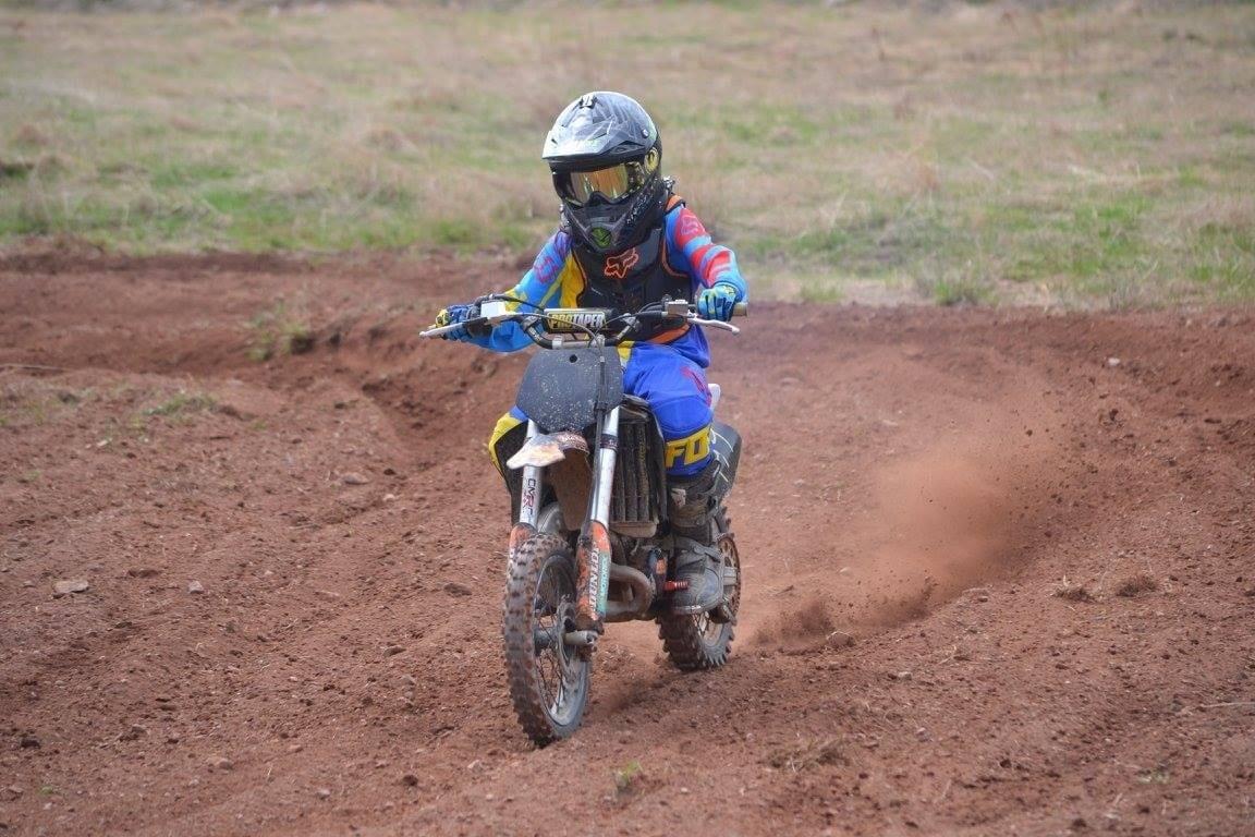 Mon fils sur sa motocross