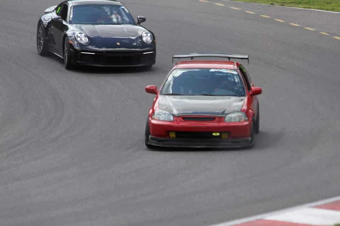 Deux voitures se font la course au Circuit du Mont-Tremblant