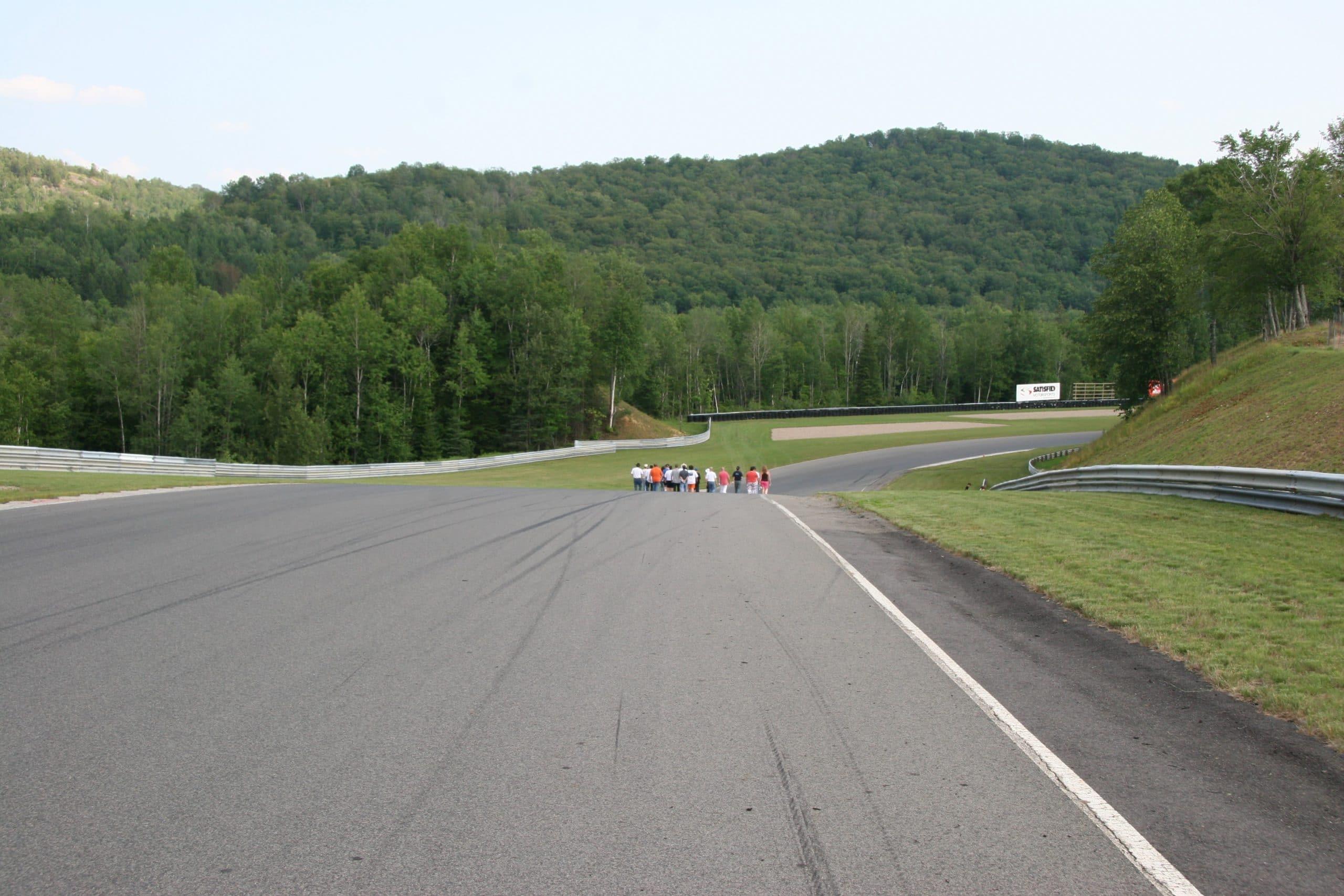 Des pilotes scrutent la piste du circuit Mont-Tremblant