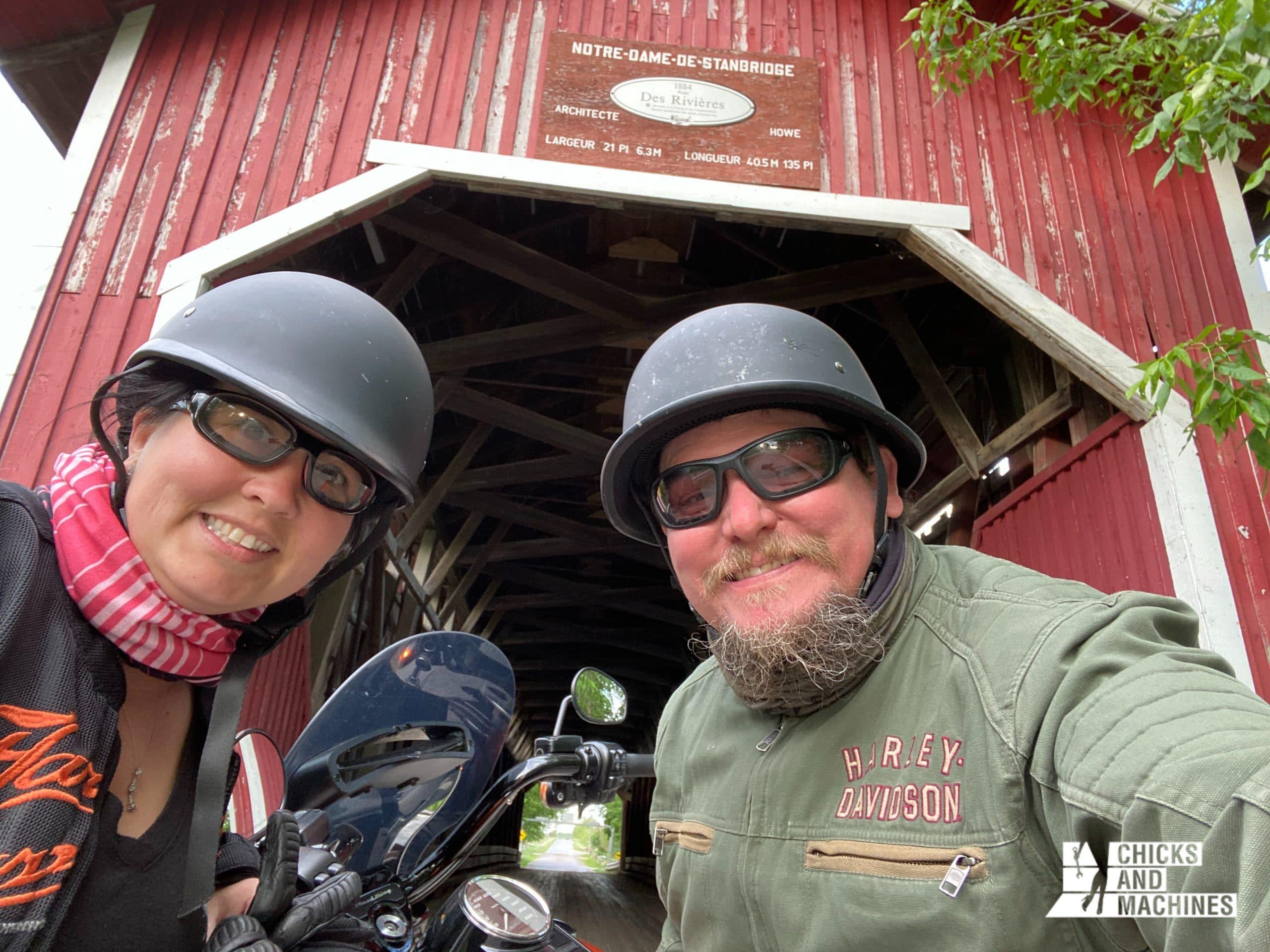 Roadtrip à moto : Annie à Pike River sous le pont couvert