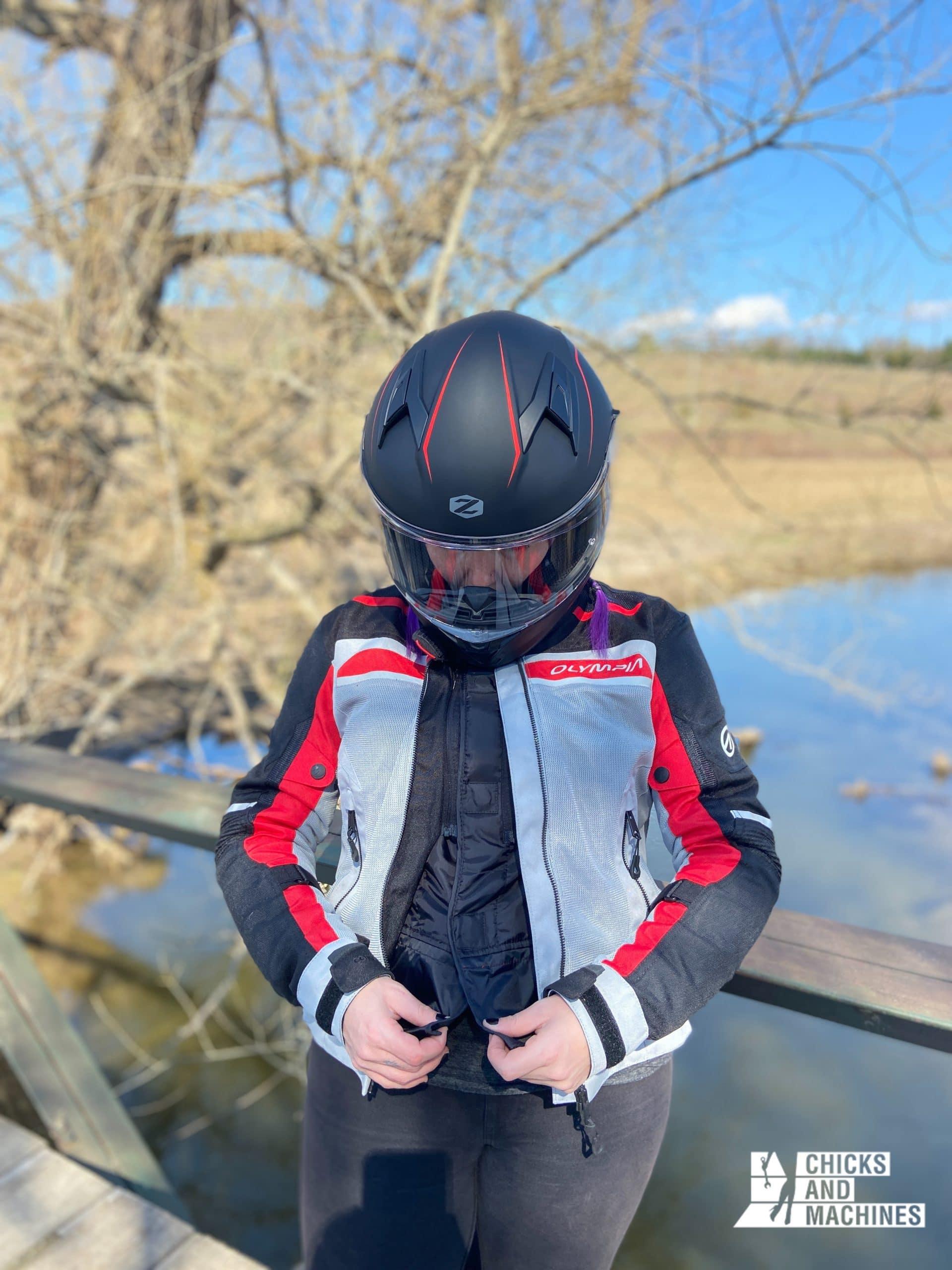 Le joli manteau de moto Airglide 6 de Olympia épouse bien la silhouette