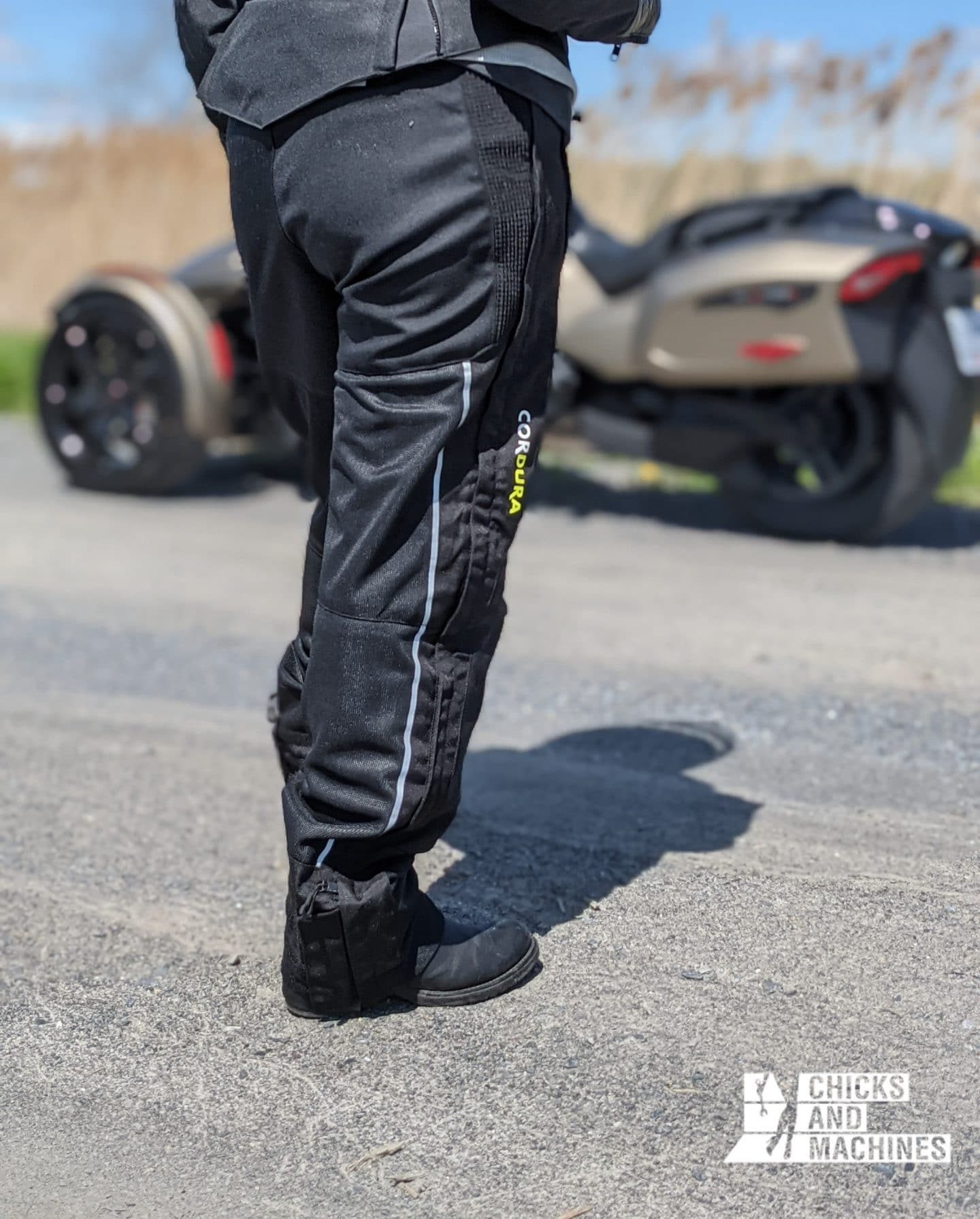 Le pantalon de moto Airglide 6 de Olympia; en toute simplicité
