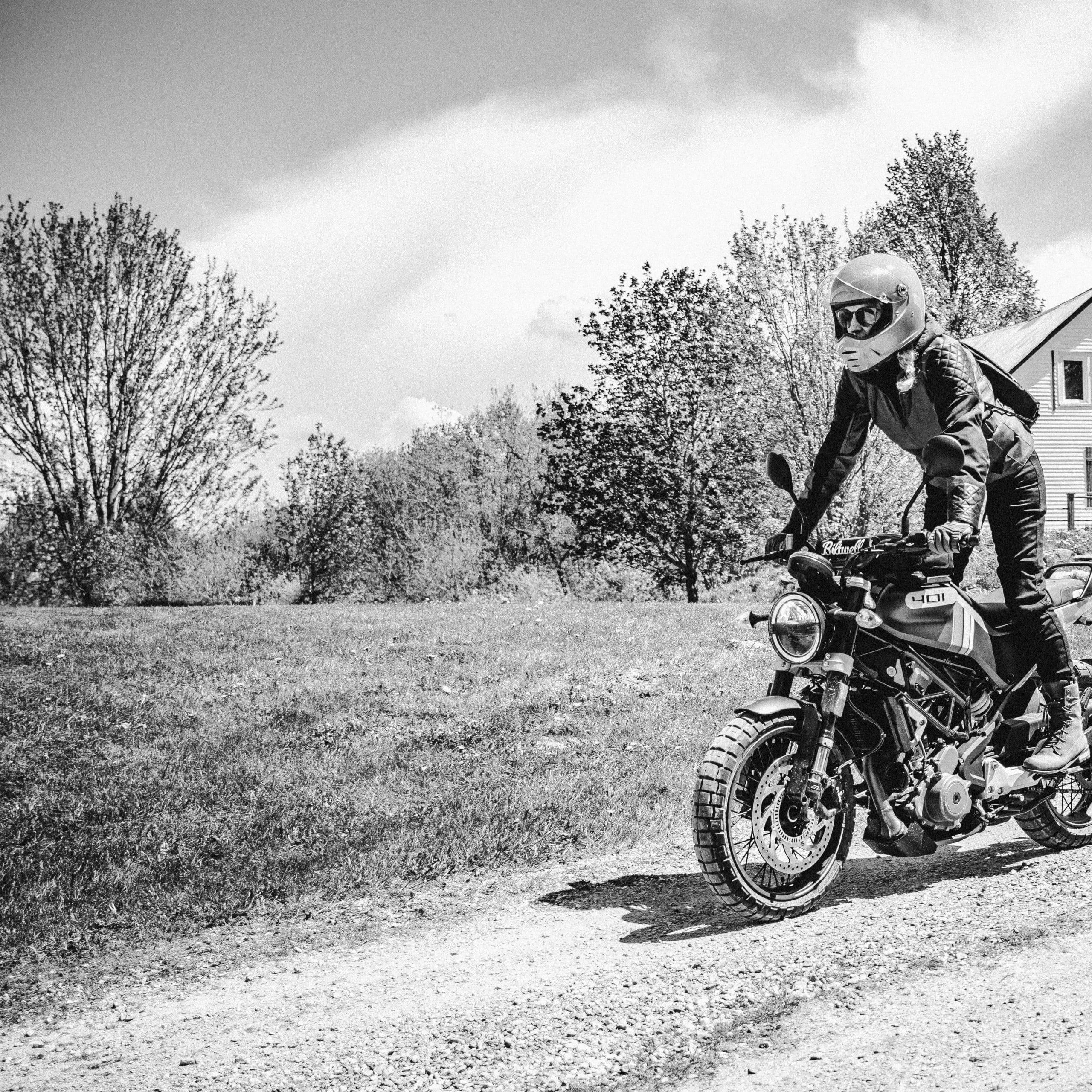 Marie-Pier au volant de sa belle moto