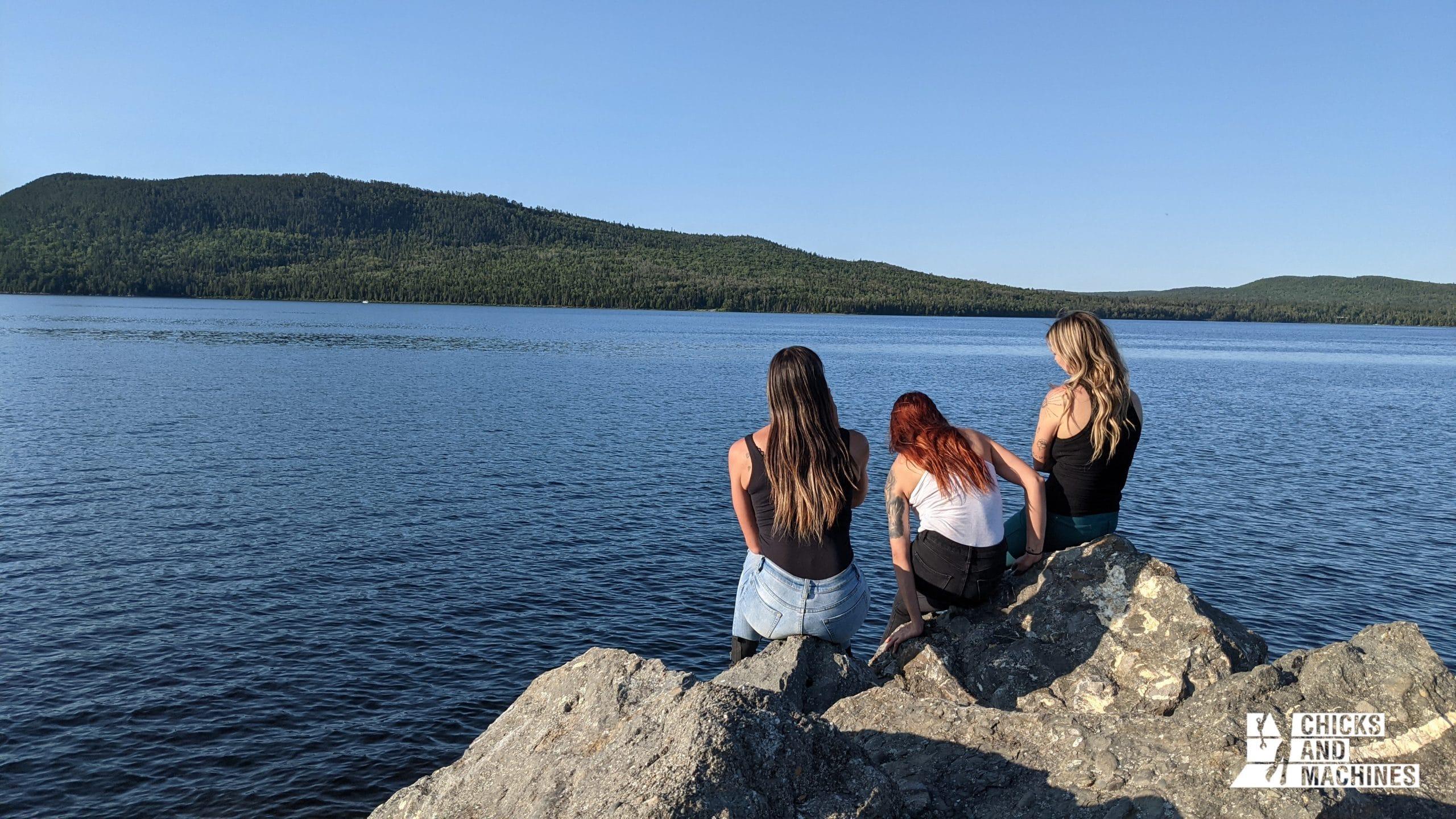 Les filles profitant de la vue sur le Lac-Témiscouata et le parc national juste en face