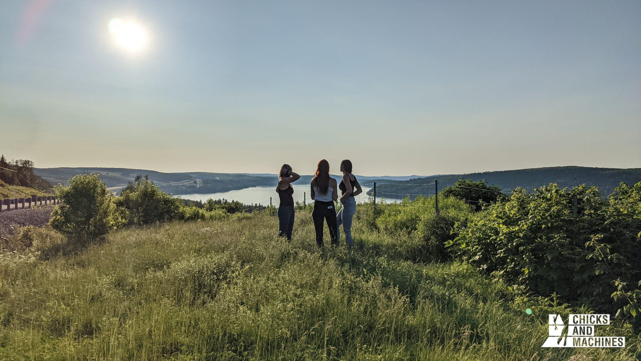 Les filles admirant la vue sur le Lac-Témiscouata