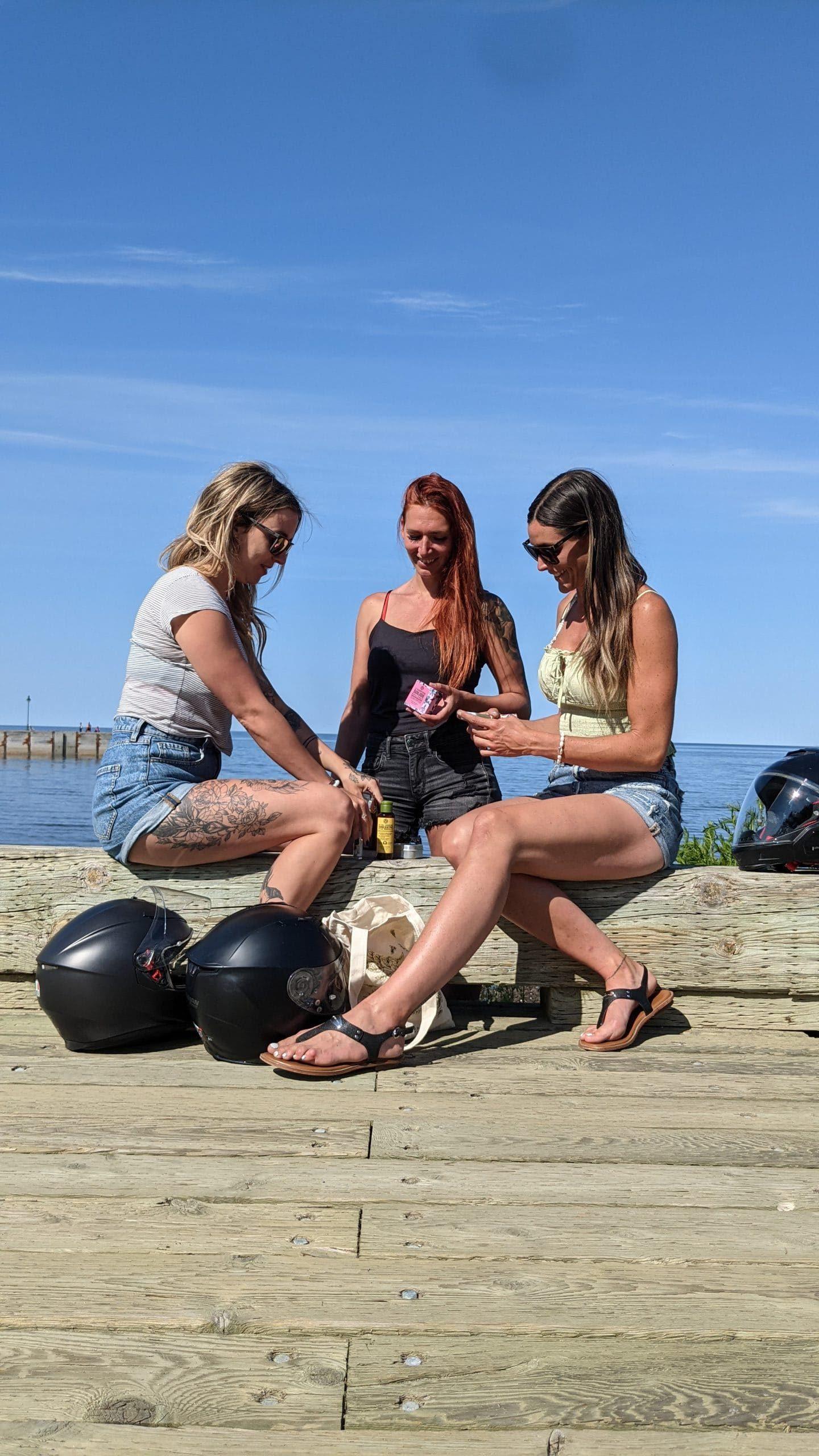 Les filles qui découvrent les produits Yves Rocher lors de leur premier arrêt du roadtrip!