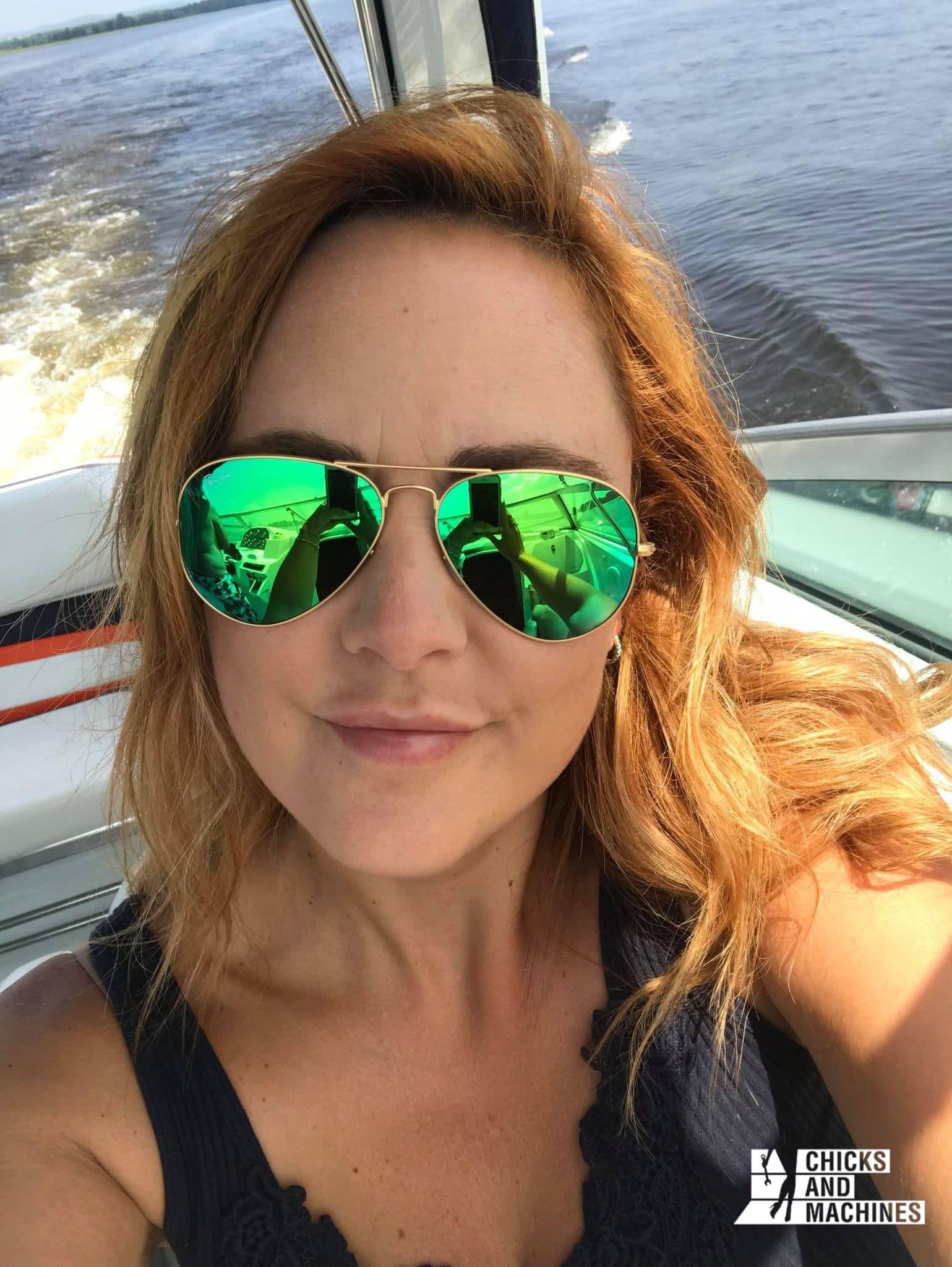 Syncia Séguin à bord de son bateau