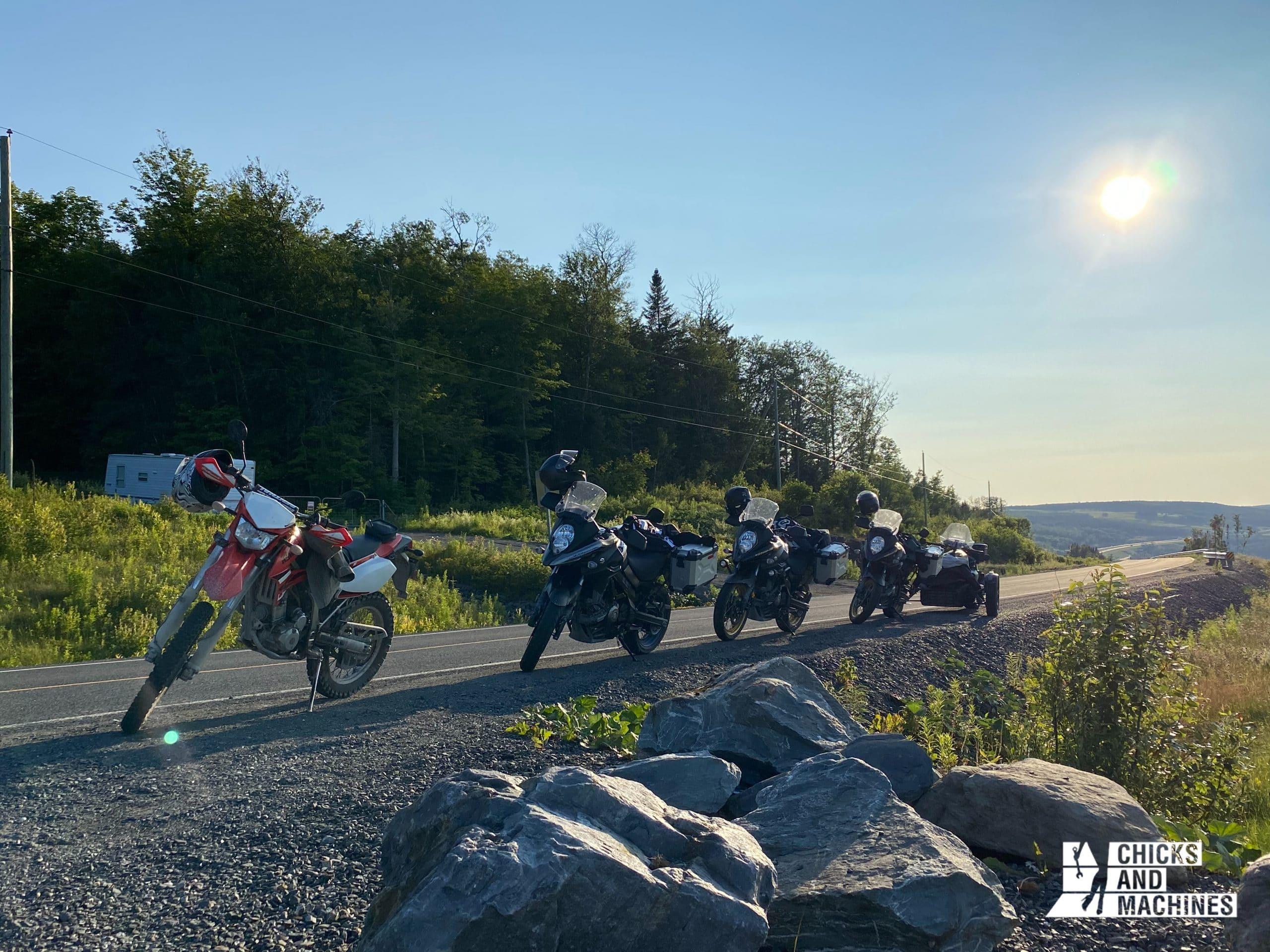 Les motos sur le bord du Chemin des Mille-Couleurs