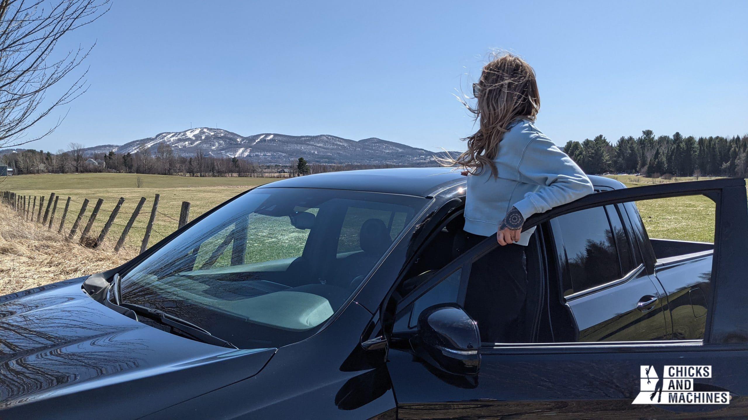 Cyn admire le magnifique paysage à la toute fin de son « road trip » à bord du Honda Ridgeline Black Edition 2020
