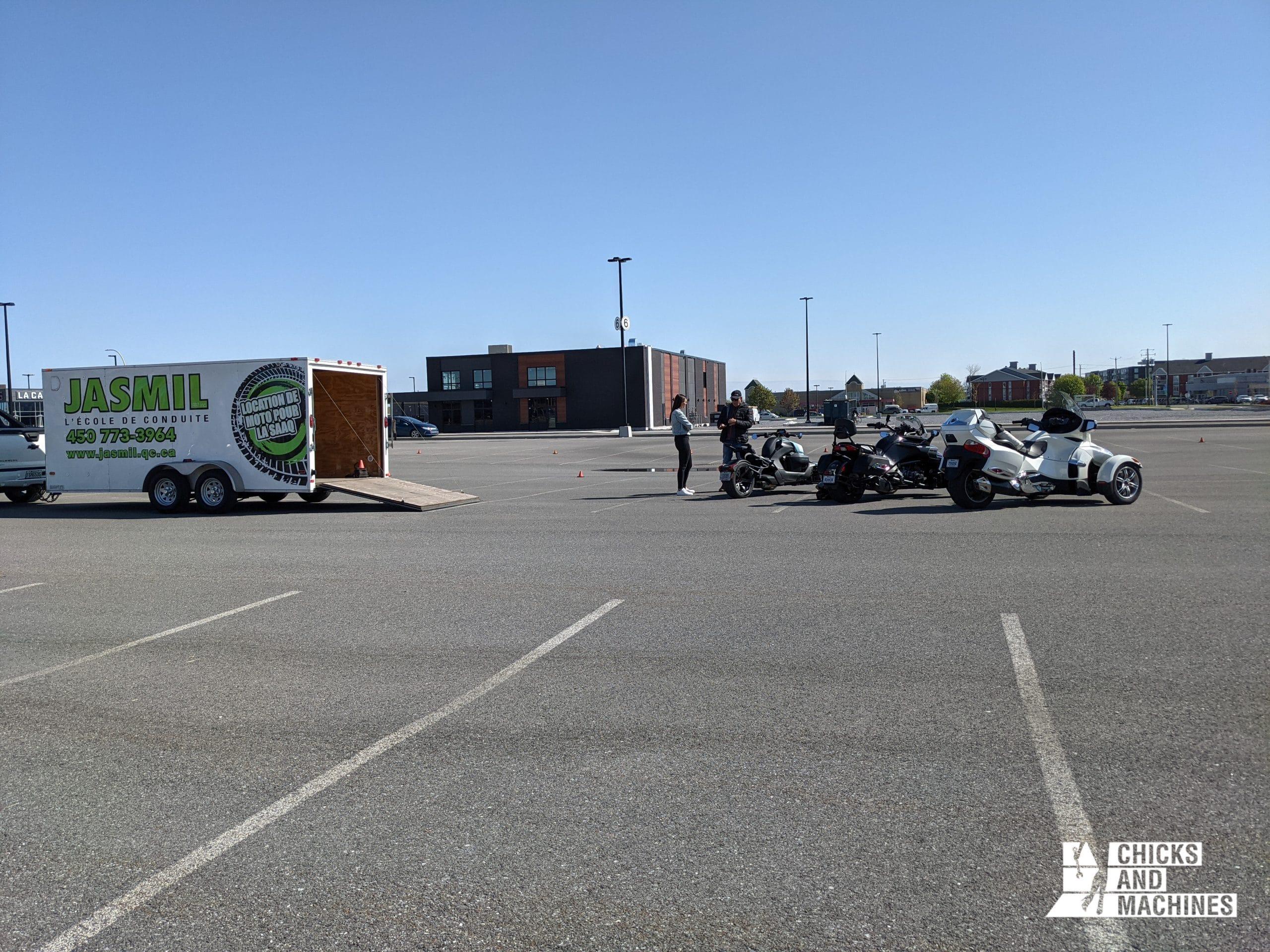 L'École de conduite Jasmil en plein cours pratique de moto 3 roues.