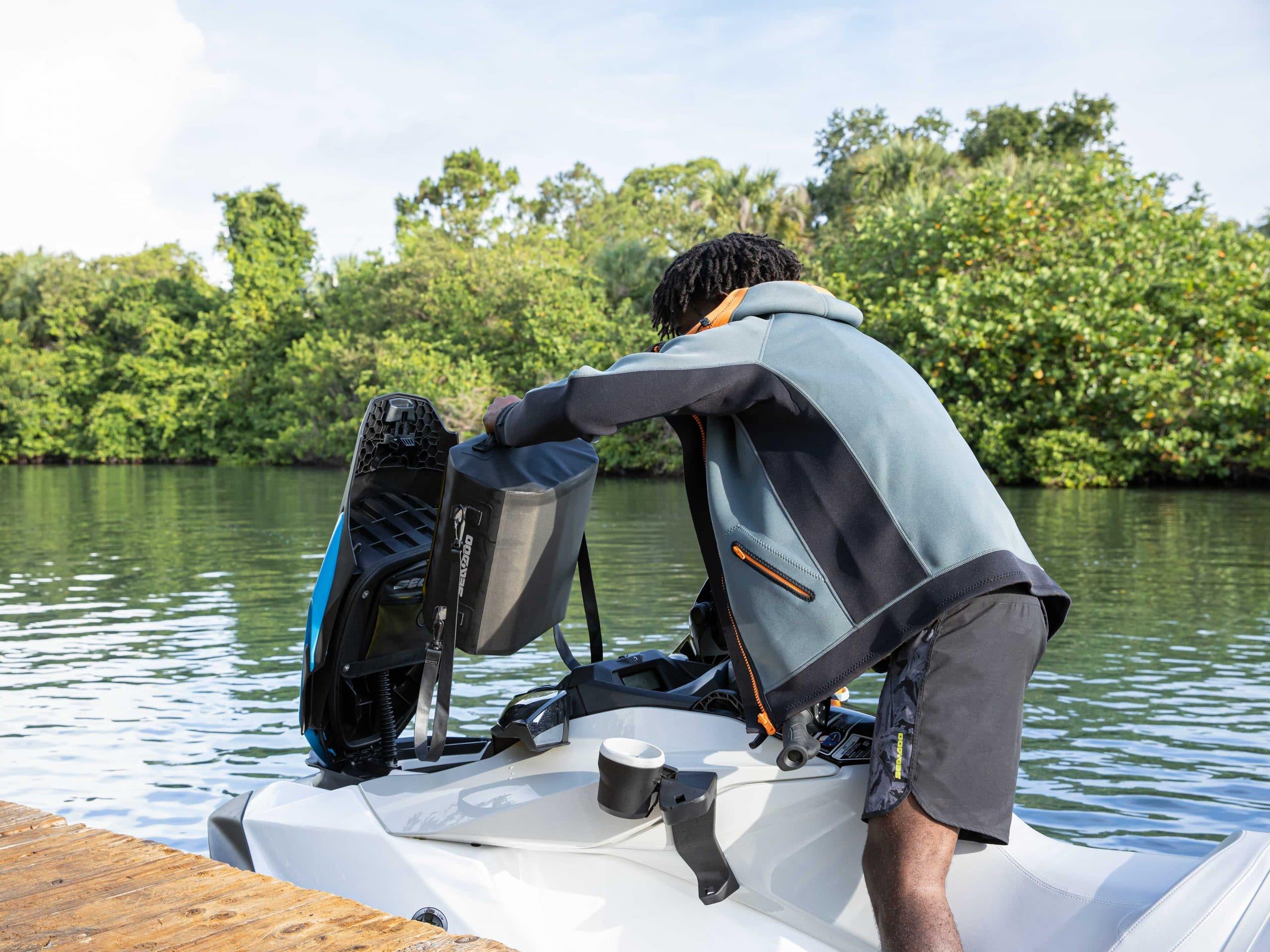 Le rangement avant du Sea-Doo FishPro Scout. Source: https://www.sea-doo.com/ca/fr/modeles/sport-fishing/fish-pro-scout.html