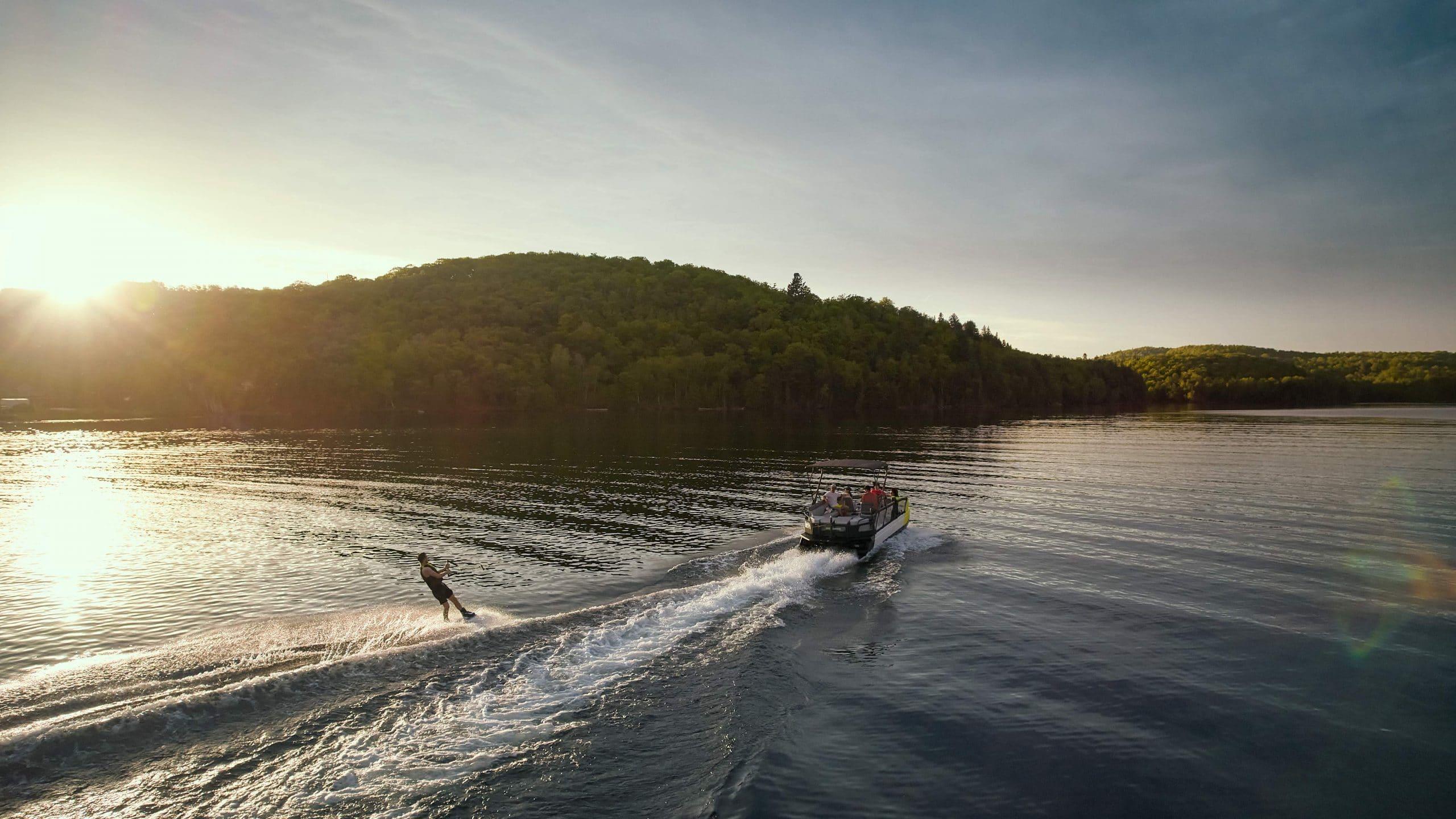 Les sports nautiques facilement praticables avec le Switch Sport 2022! Source: https://www.sea-doo.com/ca/fr/pontons/switch-sport.html