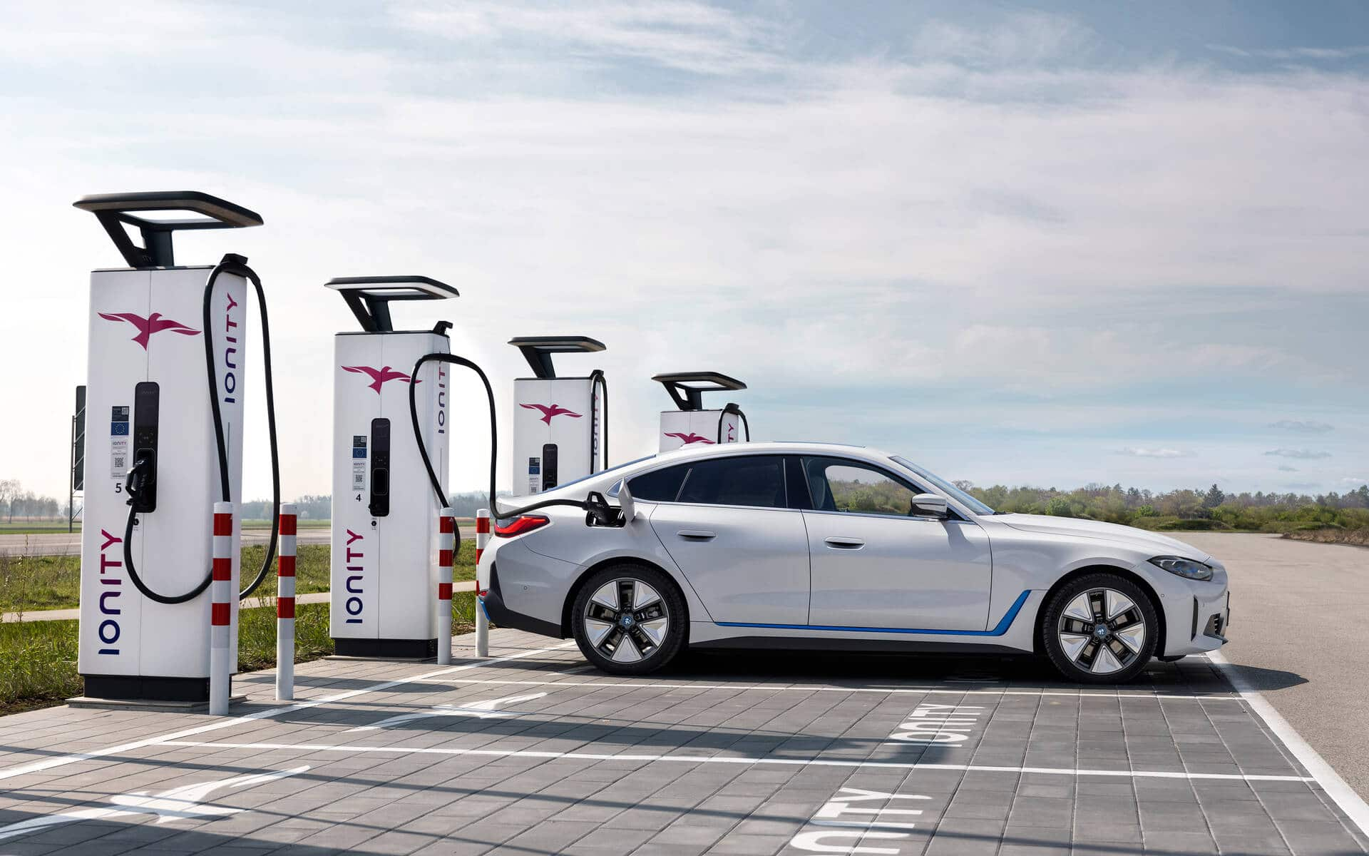 """The """"My BMW"""" app is used to locate the charging stations. Source: www.guideauto.ca"""