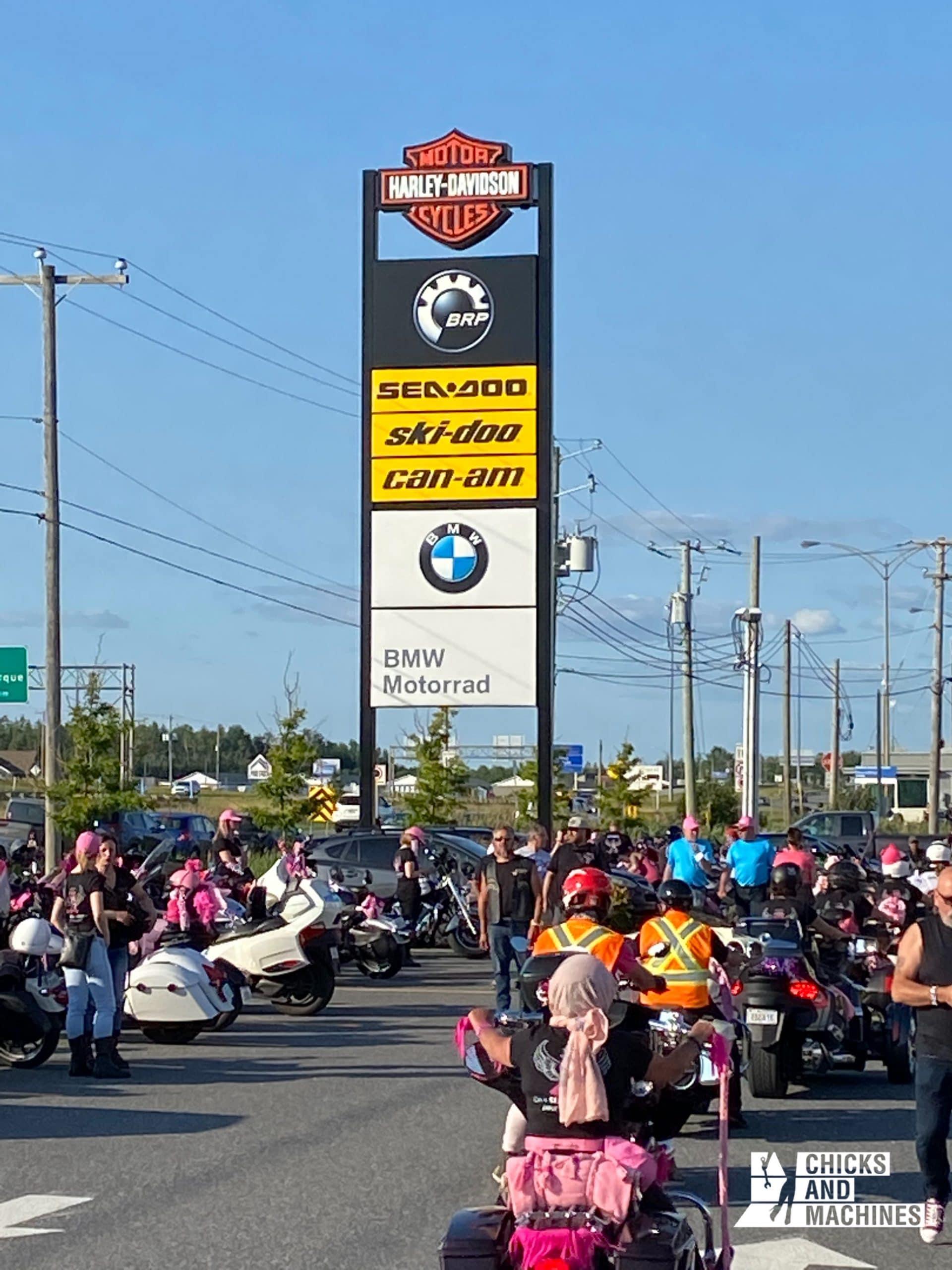 Les participantes de la Ride de filles réunies chez Carrier Harley-Davidson.