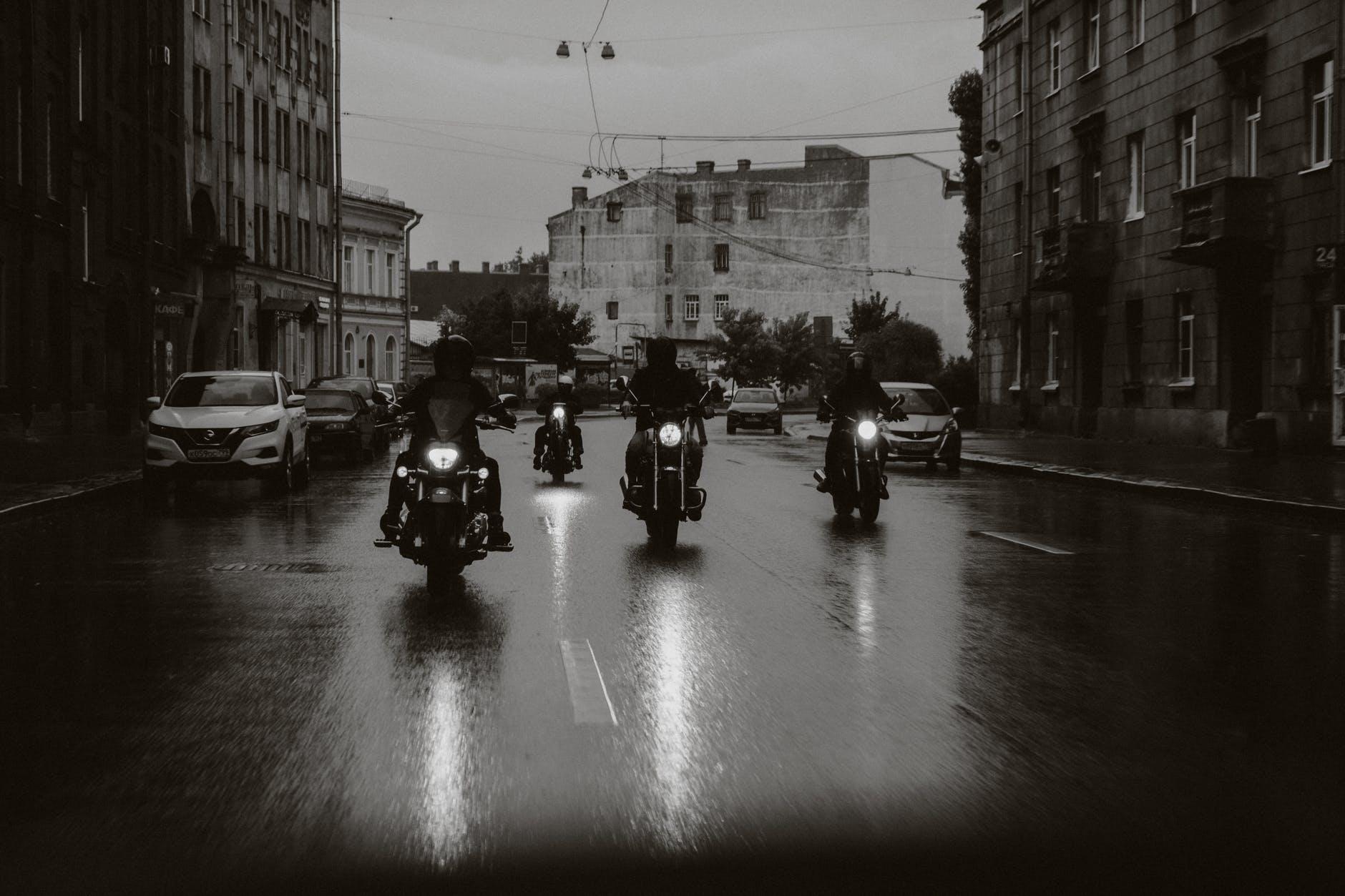 Le partage de la route entre automobilistes et motocyclistes est une responsabilité qui revient à tous. Source: https://www.pexels.com/fr-fr/