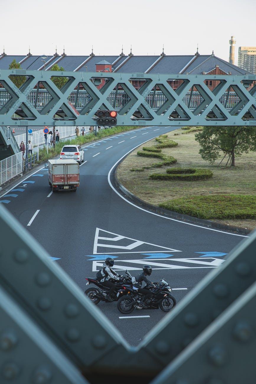 Il faut redoubler de vigilance en partageant la route avec les automobilistes...Source: https://www.pexels.com/fr-fr/