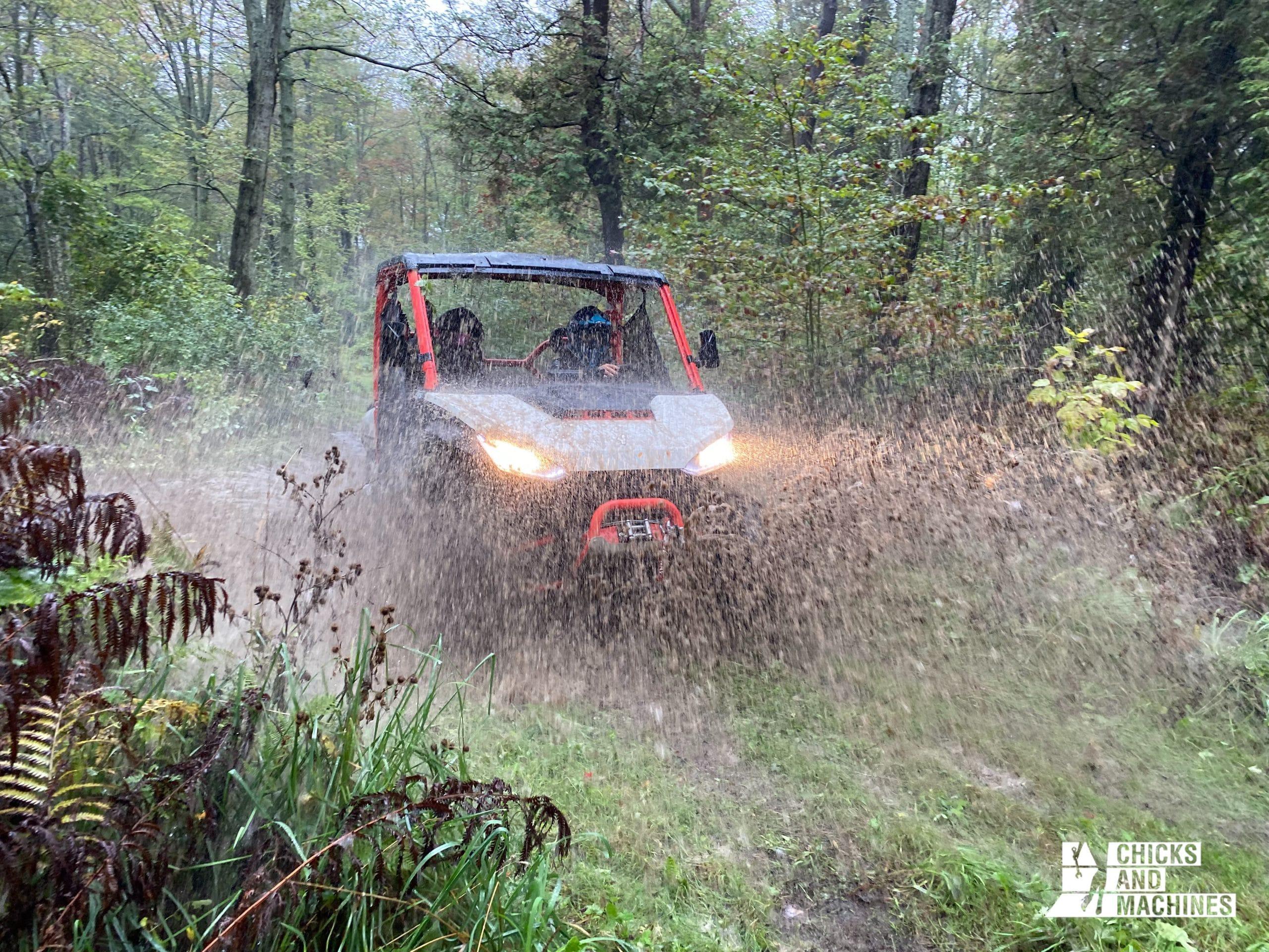 La suspension et les amortisseurs permettent de s'aventurer dans tous types de terrains, sans problème !