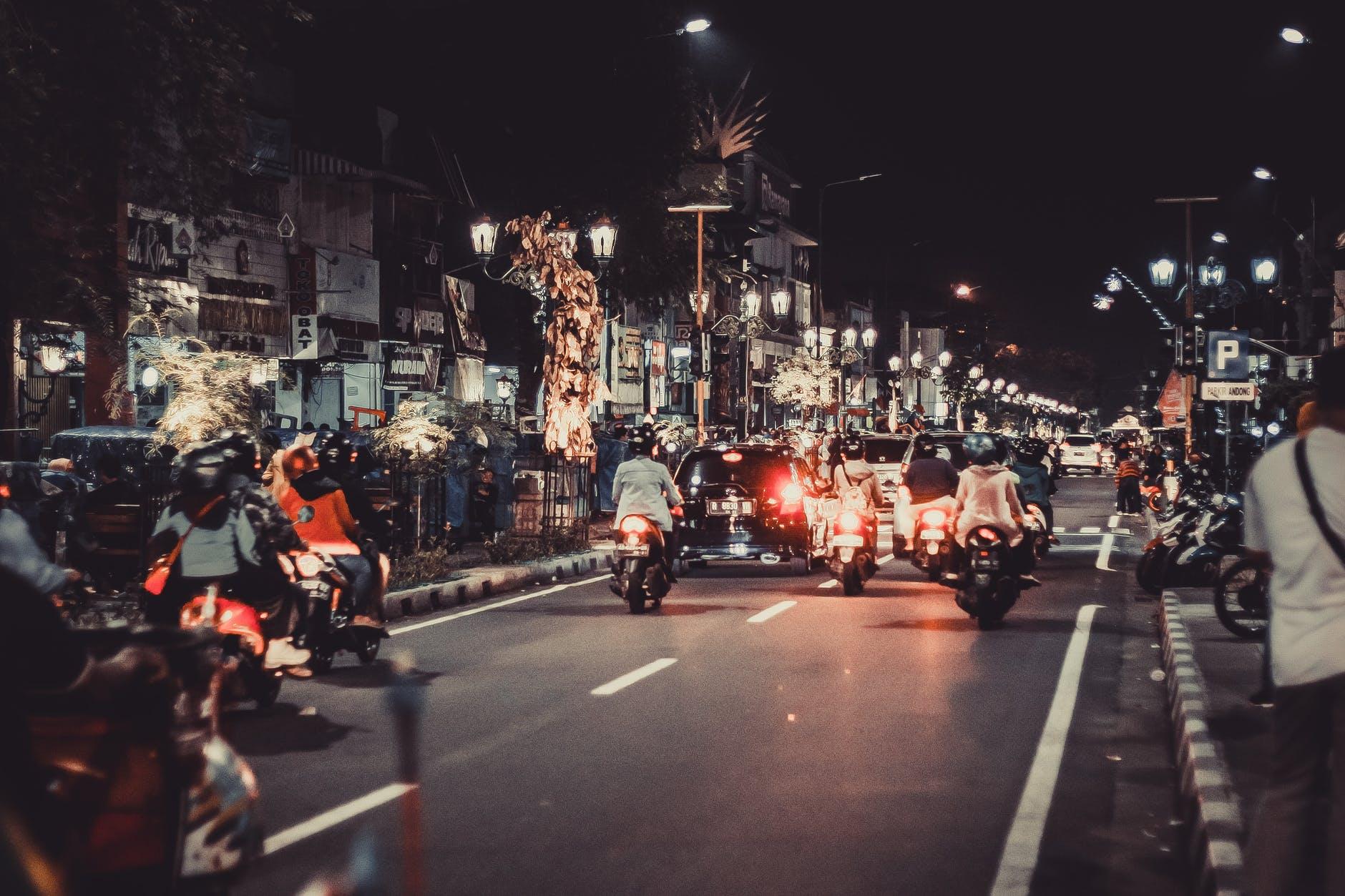 Le nombre de motocyclistes sur les routes augmente, et les automobilistes doivent en prendre conscience. Source: https://www.pexels.com/fr-fr/